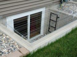 Окна с приямками в техподполье жилого дома